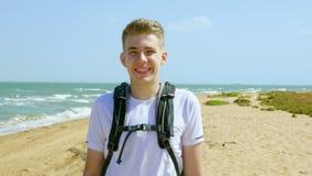 Retrato de un turista joven en la orilla arenosa del mar metrajes