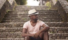 Retrato de un turista que se sienta en una escalera al aire libre fotos de archivo