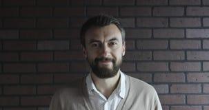 Retrato de un varón atractivo con una barba almacen de video
