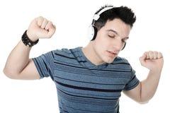 Retrato de un varón sonriente con la presentación de los auriculares Imágenes de archivo libres de regalías