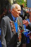 Retrato de un veterano de guerra que escucha otro discurso de la persona. Fotografía de archivo libre de regalías