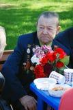 Retrato de un veterano de guerra que escucha otro discurso del hombre. Imagen de archivo