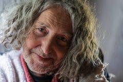 Retrato de un viejo hombre con el pelo rizado gris fotos de archivo