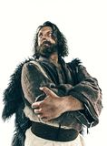 Retrato de un vikingo calvo brutal en un correo de la batalla que presenta contra un fondo blanco imagen de archivo libre de regalías