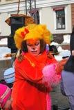 Retrato de una actriz en traje animal rojo del carnaval Foto de archivo libre de regalías