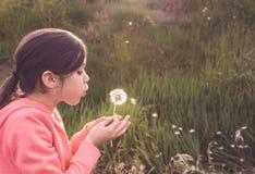 Retrato de una actuación de la chica joven Foto de archivo