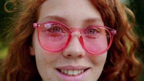 Retrato de una bella dama con gafas de sol sonriendo mirando a la cámara almacen de metraje de vídeo
