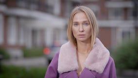 Retrato de una belleza natural de una capa púrpura que lleva al aire libre de la muchacha rubia metrajes