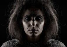 Retrato de una bruja en un fondo oscuro Fotos de archivo