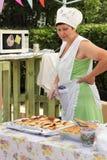 Retrato de una camarera encantadora en la venta de las empanadas Fotografía de archivo libre de regalías
