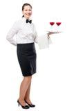 Retrato de una camarera joven con los vidrios de vino rojo en una bandeja Imágenes de archivo libres de regalías