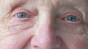 Retrato de una cara caucásica mayor del ` s de la mujer almacen de video