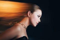 Retrato de una cara hermosa de la muchacha con joyería hermosa Foto de archivo libre de regalías