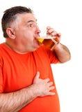 Retrato de una cerveza de consumición del hombre gordo expresivo Foto de archivo libre de regalías