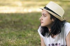 Retrato de una chica joven, adolescente, con una cara y una a hermosas Imágenes de archivo libres de regalías