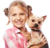 Retrato de una chica joven adorable que sonríe sosteniendo un perrito lindo Fotografía de archivo