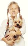 Retrato de una chica joven adorable que sonríe sosteniendo un perrito lindo Fotos de archivo