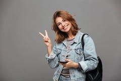 Retrato de una chica joven alegre en chaqueta del dril de algodón Imágenes de archivo libres de regalías