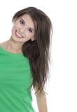 Retrato de una chica joven bonita que sonríe en camisa verde Imagen de archivo libre de regalías
