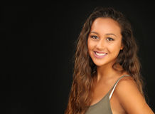 Retrato de una chica joven bronceada, bonita con una sonrisa Foto de archivo