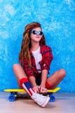 Retrato de una chica joven con el monopatín Foto de archivo libre de regalías