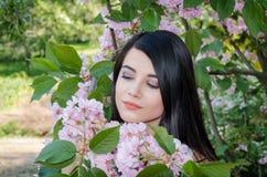 Retrato de una chica joven con el pelo largo oscuro imagen de archivo libre de regalías