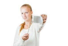 Retrato de una chica joven con la insignia imagen de archivo libre de regalías