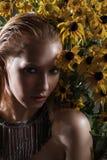 Retrato de una chica joven con las flores Imagen de archivo