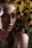 Retrato de una chica joven con las flores Foto de archivo