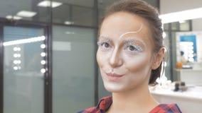 Retrato de una chica joven con las pestañas grandes Ella guiña con un ojo almacen de metraje de vídeo