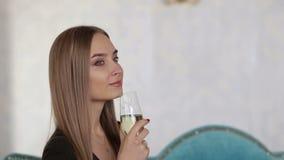 Retrato de una chica joven con un maquillaje y un champán hermosos a disposición almacen de metraje de vídeo
