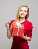 Retrato de una chica joven con una caja de regalo de la Navidad Imagen de archivo libre de regalías