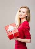 Retrato de una chica joven con una caja de regalo de la Navidad Imagen de archivo