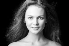 Retrato de una chica joven de moda hermosa con el pelo del vuelo Imágenes de archivo libres de regalías