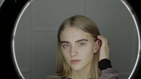 Retrato de una chica joven delante de una luz del anillo almacen de metraje de vídeo