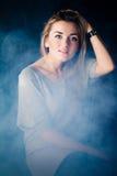 Retrato de una chica joven en el estudio Foto de archivo libre de regalías