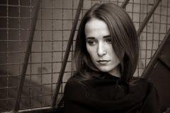 Retrato de una chica joven en el fondo oscuro Foto de archivo libre de regalías
