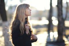 Retrato de una chica joven en el sol de la tarde Foto de archivo libre de regalías