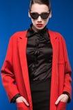 Retrato de una chica joven en gafas de sol y lápiz labial rojo en los labios Fotografía de archivo
