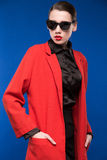 Retrato de una chica joven en gafas de sol y lápiz labial rojo en los labios Imagenes de archivo