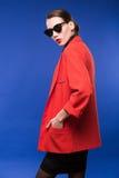 Retrato de una chica joven en gafas de sol y lápiz labial rojo en los labios Fotografía de archivo libre de regalías