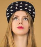 Retrato de una chica joven en gorra de béisbol Imagen de archivo