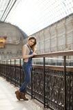 Retrato de una chica joven en guardapolvos del dril de algodón Fotos de archivo