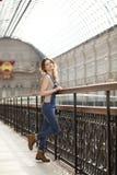 Retrato de una chica joven en guardapolvos del dril de algodón Fotos de archivo libres de regalías