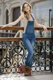 Retrato de una chica joven en guardapolvos del dril de algodón Imagen de archivo