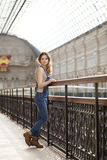 Retrato de una chica joven en guardapolvos del dril de algodón Imagen de archivo libre de regalías