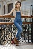 Retrato de una chica joven en guardapolvos del dril de algodón Fotografía de archivo libre de regalías