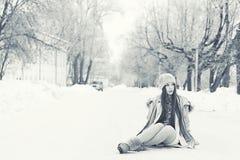 Retrato de una chica joven en parque del invierno Imagen de archivo