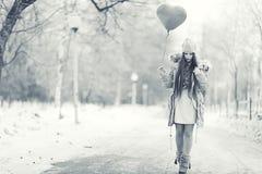 Retrato de una chica joven en parque del invierno Fotografía de archivo libre de regalías