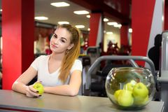 Retrato de una chica joven en una sonrisa del gimnasio imagen de archivo
